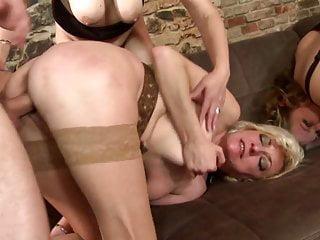 Frauen brüste reife grosse Oma